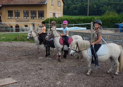 4 enfants sur leurs poneys