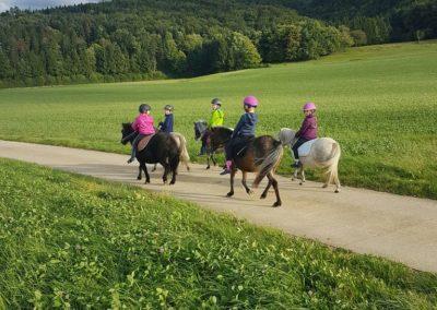 5 enfants sur leurs poneys