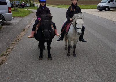 2 enfants sur leurs poneys