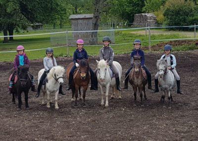 6 enfants sur leurs poneys
