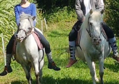 2 personnes sur leurs poneys