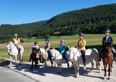 6 personnes sur leurs poneys
