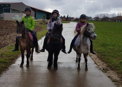 3 enfants sur leurs poneys