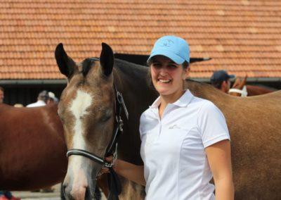 Emilie à côté d'un cheval