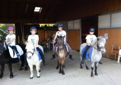 4 enfants sur leurs poney