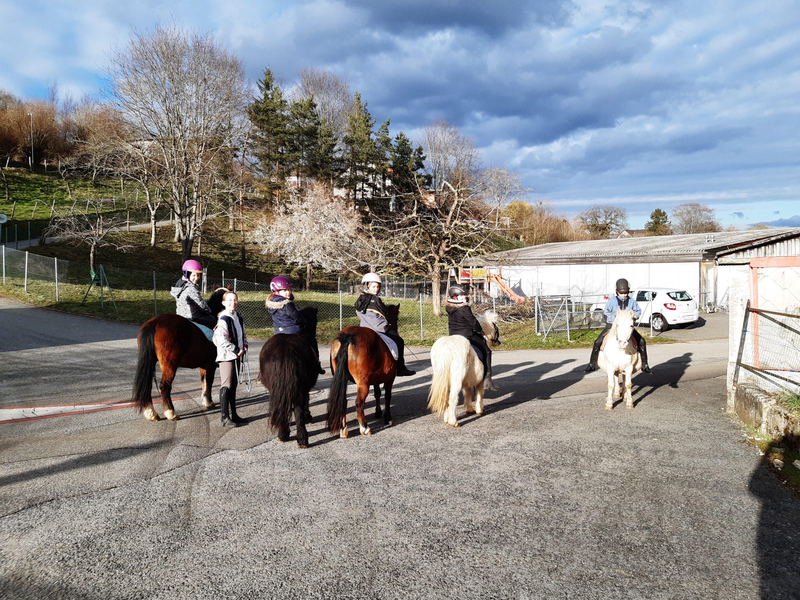 6 enfants sur leur cheval