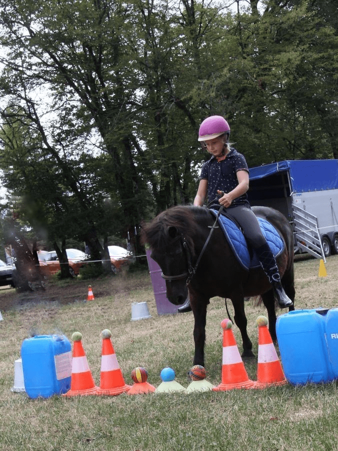 petite fille sur son poney